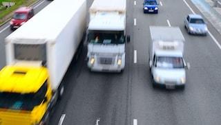 Viareggio, camionista guida a zig-zag in A12: patente ritirata e multa da 9mila euro