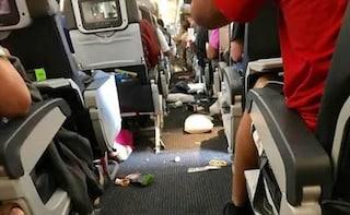 Come una turbolenza improvvisa durante il volo ha ferito due membri dell'equipaggio
