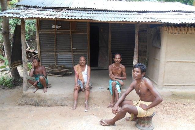 Sironi (a destra) e la sua famiglia a Dainigaon, il villaggio delle streghe (Youth Ki Awaaz)