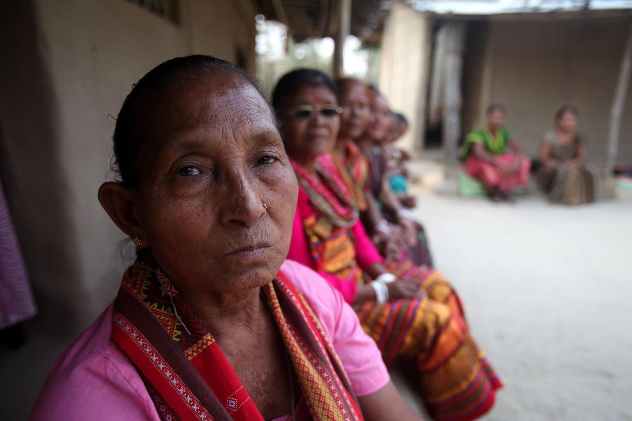 Birubala (in primo piano), con alcune delle vittime della caccia alle streghe nello Stato di Assam (Subhamoy Bhattacharjee)