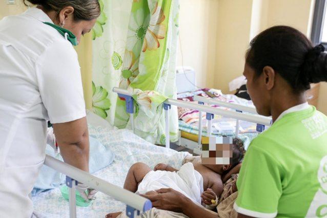 Una bambina ricoverata in un ospedale delle isole Samoa a causa del morbillo (Unicef)
