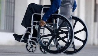 Posto per disabili occupato, lui chiede di spostare la bici: 42enne su sedia a rotelle picchiato