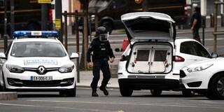 """Francia, pugnala passanti e ne uccide uno: colpito a morte dalla polizia. """"Ha gridato allah akbar"""""""