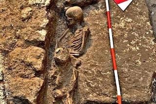 L'abbraccio che dura da secoli, durante i lavori scoperta tomba antica con mamma e figlio
