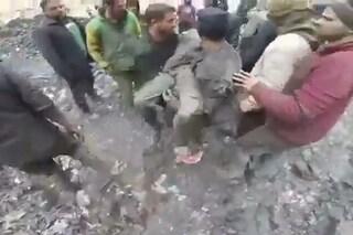 Nella Siria in guerra oltre le bombe, la miseria: tre bimbi morti travolti da rifiuti