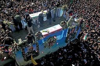Iran, scoppia il caos ai funerali del generale Soleimani: almeno 50 morti schiacciati