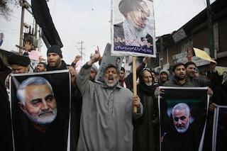 """Baghdad, migliaia di persone in corteo ai funerali di Soleimani: """"Morte agli Usa"""""""