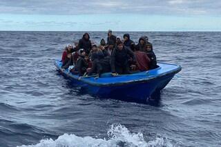 Migranti, primo sbarco dell'anno a Lampedusa: arrivano in 97. Open Arms ne salva 44 in ipotermia