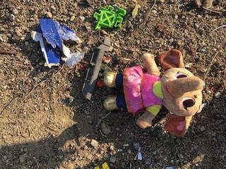 Iran, giocattoli e libri per bambini tra i rottami dell'aereo precipitato: le foto strazianti