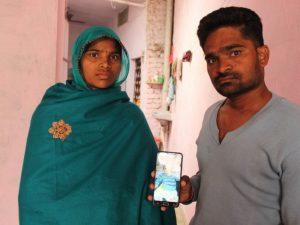 Padma e Sanjay, i genitori di Tejash il bimbo di 5 mesi morto nell'ospedale pubblico J.K. Lon a Kota, India (Shruti Jain)