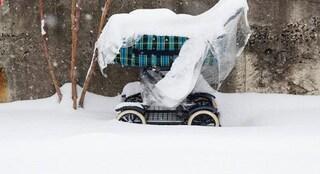 I genitori lo lasciano nel passeggino fuori al balcone a -20 °C: bimbo di 7 mesi morto congelato