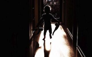 L'orrore dalla Germania, la bimba nell'oscurità: tenuta chiusa al buio dai genitori per 2 anni