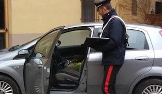 Mamma lascia la figlia in auto: il ladro spacca il vetro e ruba una borsa. Bimba terrorizzata
