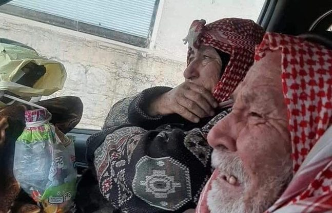 Le lacrime di due anziani prima di lasciare la loro casa a Maarat al–Numan