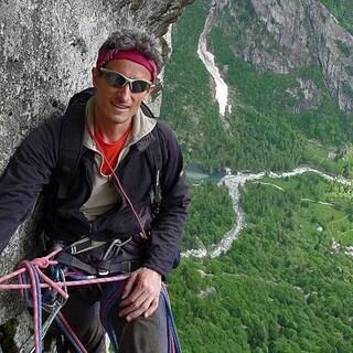 Scala una cascata di ghiaccio, scivola e precipita per 70 metri: alpinista muore in Svizzera