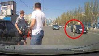 Attraversano la strada al buio quando arriva l'auto: il gioco mortale dei ragazzini di 15 anni