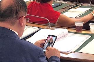 """Biella, consigliere Lega guarda foto osè in aula: """"Non era sito porno, ma profilo di una collega"""""""