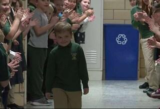 A sei anni vince la lotta alla leucemia: la sorpresa dei compagni di scuola dopo l'ultima chemio