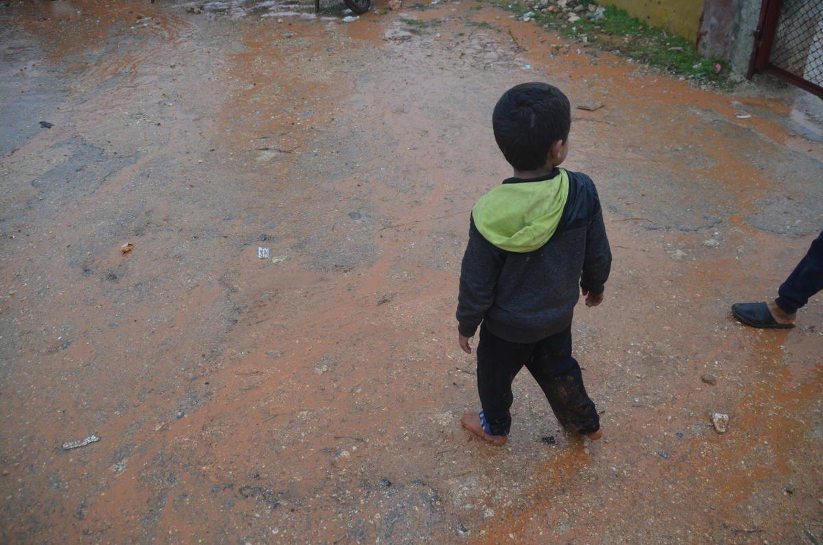 Un bimba cammina scalzo in uno dei campi per sfollati nella provincia di Idlib, Siria (Gettyimages)