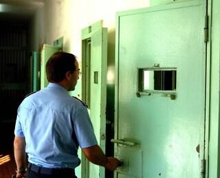 Sassari, follia in carcere: detenuto al 41 bis conficca la penna in faccia a un poliziotto