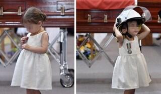 L'addio della piccola Charlotte al papà pompiere morto negli incendi in Australia