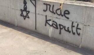 """""""Crepa sporca ebrea"""" scritta antisemita su casa di donna a Torino nel Giorno della memoria"""