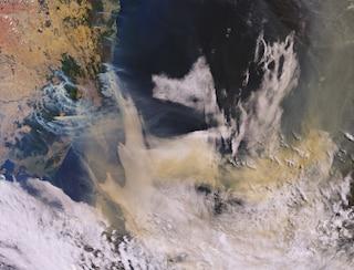 """L'Australia brucia, 50 incendi fuori controllo. La foto dal satellite: """"Sembra una fornace"""""""