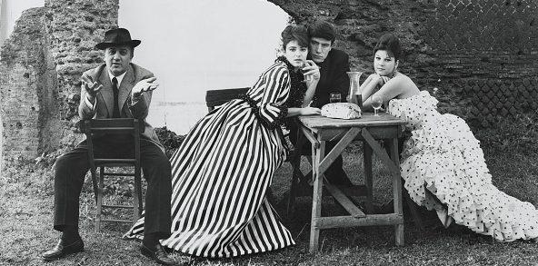 Federico Fellini insieme a Serena Vergano, Luigi Giuliani e Stefania Sandrelli.