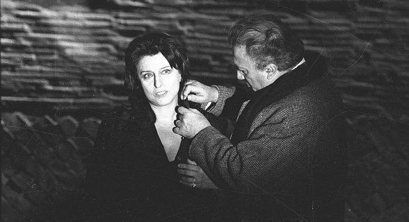 """Federico Fellini insieme ad Anna Magnani, sul set di """"Roma"""" (1971)."""