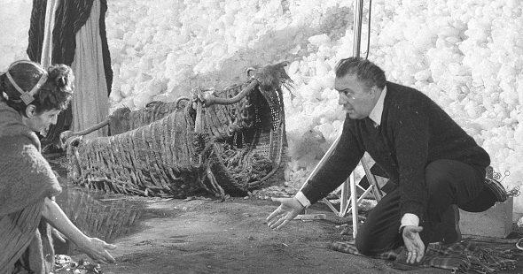 """Federico Fellini sul set di """"Satyricon"""" (1969)."""