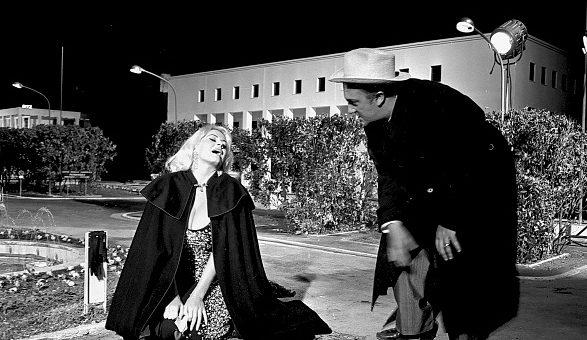"""Federico Fellini insieme ad Anita Ekberg sul set di """"Boccaccio '70"""" (1968)."""