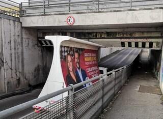 """Bologna, camion della Lega si incastra sotto il ponte. Ironia sui social: """"In Emilia non passa"""""""