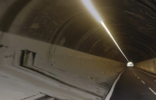 Paura in autostrada: si stacca rivestimento dalle pareti della galleria in A6