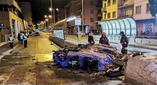 Genova, Alfa Giulia prende fuoco dopo lo scontro con un semaforo: due morti carbonizzati