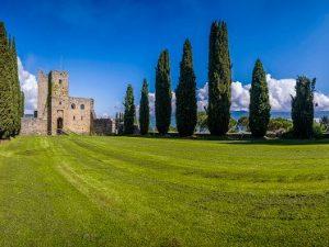 Il Castello di Romena a Pratovecchio, in Toscana, è uno dei luoghi che parteciperanno al 700° anniversario dantesco promosso da Poste Italiane.