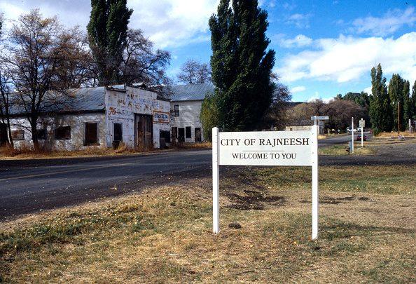 Cartello di benvenuto posto all'ingresso della città di Rajneeshpuram, in Oregon, Stati Uniti.