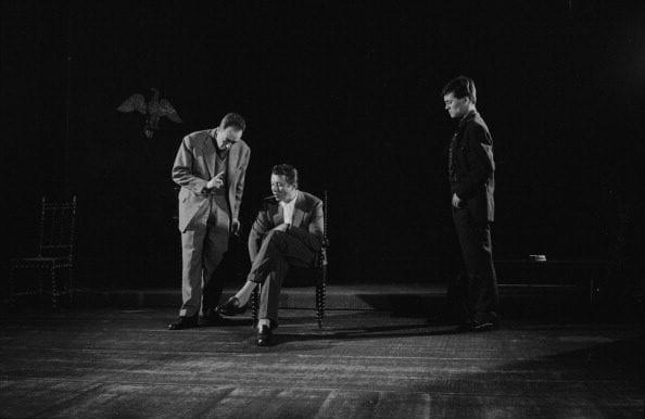 """Albert Camus durante le prove dello spettacolo teatrale """"Caligola"""", nel 1957."""