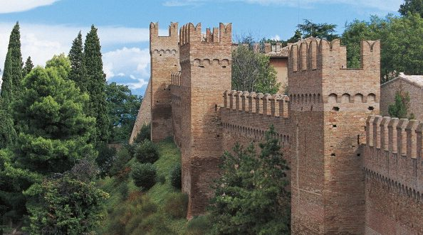 Il Castello di Gradara, leggendario luogo in cui si svolge la vicenda di Paolo e Francesca.