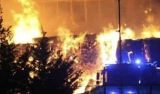 Maxi incendio alla Benassi di Grugliasco, strade e case invase da fumo e cenere