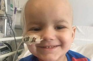 """Bimbo di 3 anni muore per un tumore al cervello: """"Per i medici era solo febbre"""""""
