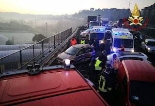 Ancona, si schianta con l'auto, scende e viene investito: maxi tamponamento sull'asse