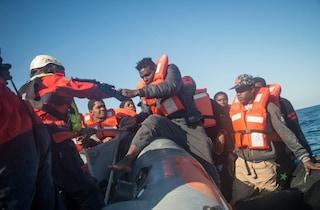Migranti, Sea Watch soccorre 60 persone: altri due gommoni intercettati e riportati in Libia