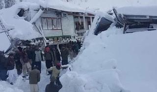 Serie di valanghe fanno strage al confine tra Pakistan e India: almeno 100 morti