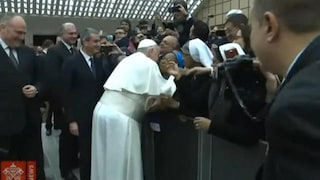 """Papa Francesco scherza con una suora: """"Io ti bacio, ma tu non mi mordere"""""""