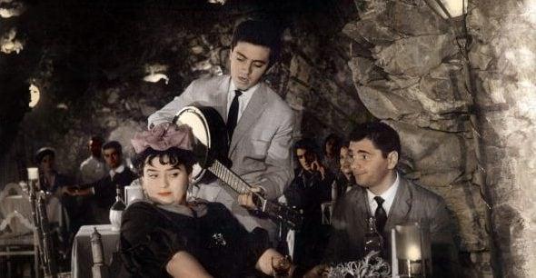 Paul Martin canta 'O Sole mio in un film con Trude Herr e Jerome Courtland.
