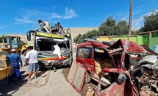 Perù, bus travolge otto minivan fermi sull'autostrada: 16 morti