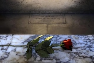 Raffaello 500 anni: una rosa rossa sulla tomba al Pantheon per tutto il 2020
