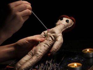 Lui chiede divorzio, lei gli fa un rito voodoo: bambola con spilli sul corpo. L'uomo si sente male