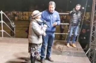 """Emilia-Romagna, Salvini a Bibbiano con la mamma di Tommy: """"Chi fa male ai bimbi marcisca in galera"""""""