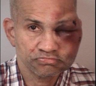 Papà trova un uomo nudo nella stanza dei figli di 2 e 3 anni e lo massacra di botte